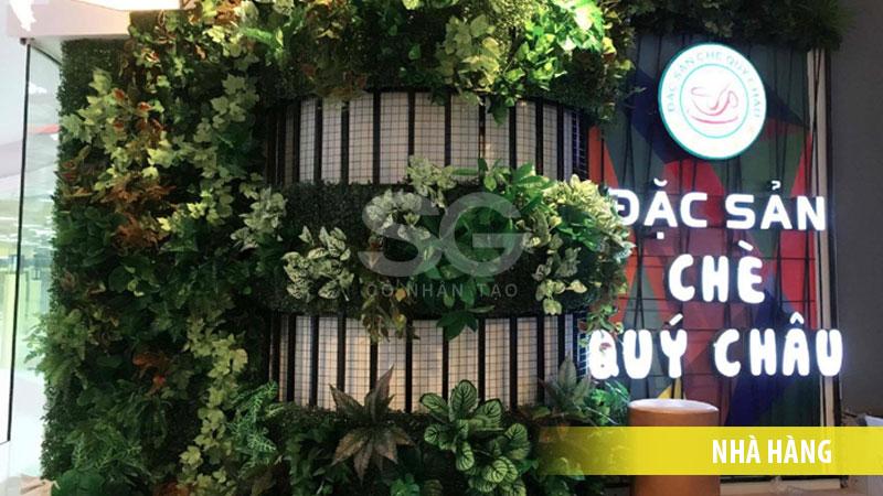 Tấm cỏ nhựa cải xong trang trí nhà hàng cực đẹp