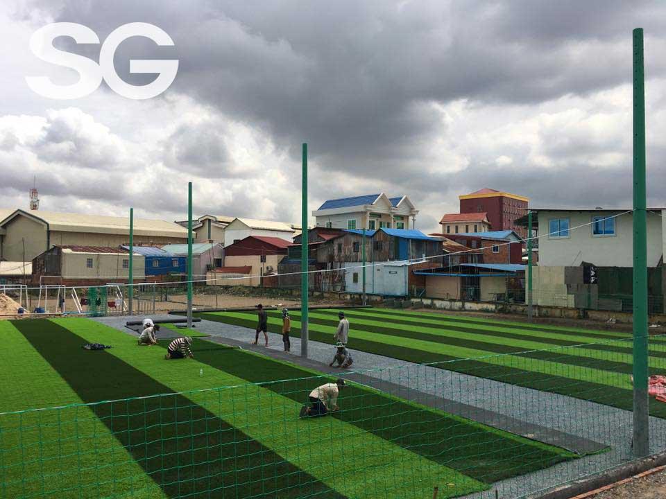 Giai đoạn trải cỏ nhân tạo sân bóng đá