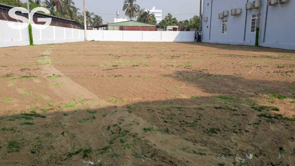 Trải cát cho sân bóng đá cỏ nhân tạo