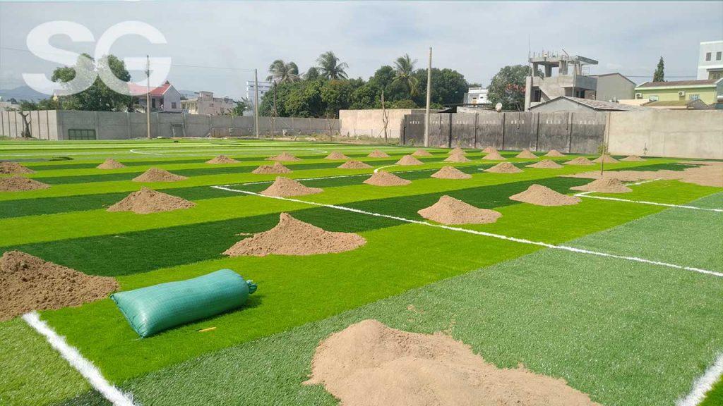 Giai đoạn trải cát sân bóng đá cỏ nhân tạo