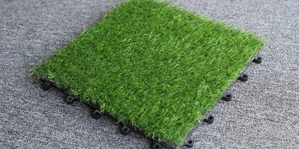 tấm vỉ cỏ nhân tạo lót sàn kết hợp với gỗ