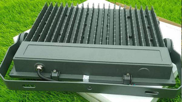Mặt sau tản nhiệt đèn LED chiếu sáng sân bóng